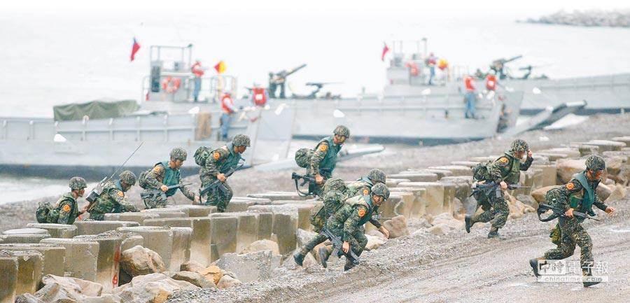 圖為漢光26號期間,海軍陸戰隊在屏東海邊演練搶灘上岸。(圖/本報資料照片)