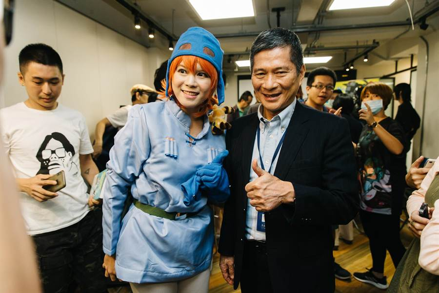 文化部長李永得(右)及詮釋《風之谷》納烏西卡一角的台灣Coser夏侯橘助(左)。(郭吉銓攝)
