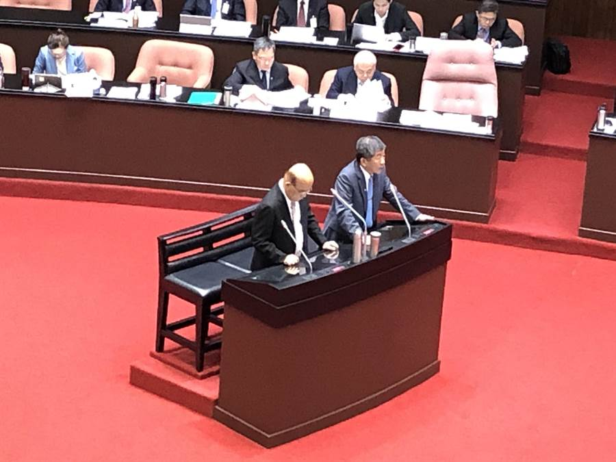 行政院長蘇貞昌(左)今天赴立法院備詢。(趙婉淳攝)