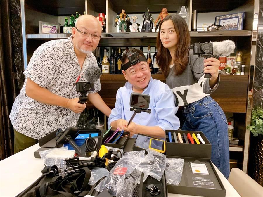 孫德榮成立Youtube頻道「孫腫來了」,趙小僑、劉亮佐,送給他特製專屬手機殼,作為驚喜開播賀禮。(修毅提供)
