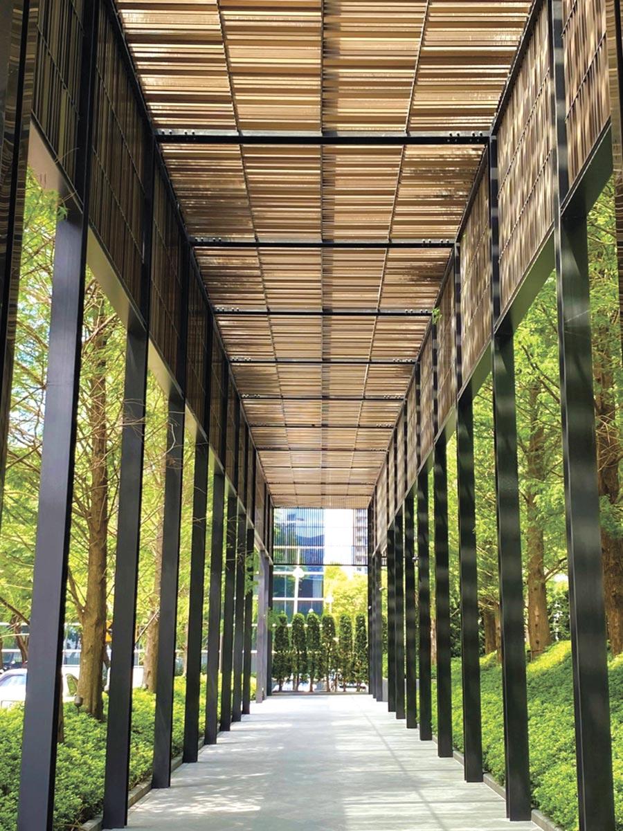 「寶璽天睿」的戶外庭園廊道斥資1,400萬元,請來日本神級空間大師片山正通設計,頂部以數千支細條金屬,透過太陽運行軌跡,引入戶外自然光線,巧妙地將獨特光澤映照在廊道空間,成為台中市首宗住宅建築以公共藝術作品申請使用執照的案例。圖/寶璽建設提供