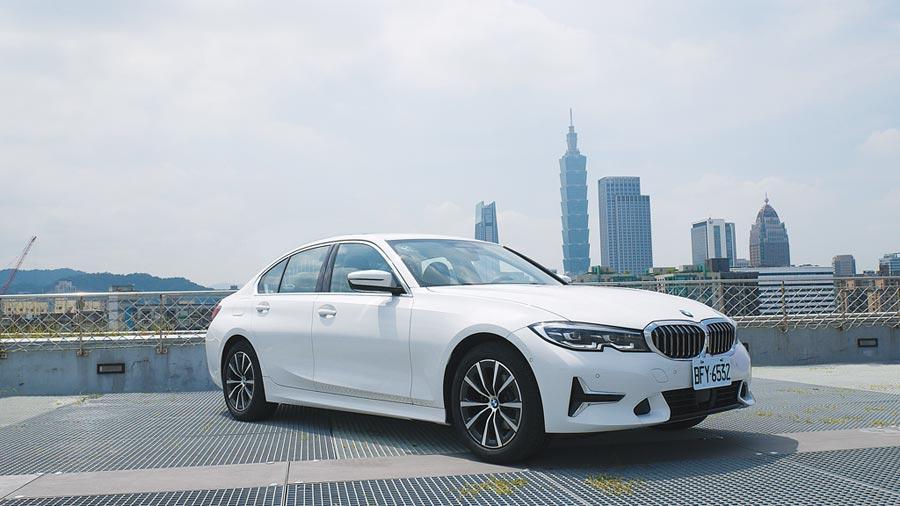 全新BMW 318i Luxury升級特採Luxury套件,前保桿進氣口賦予航太元素鍍鉻風格,其LED主動轉向頭燈內含轉向輔助燈。圖/于模珉