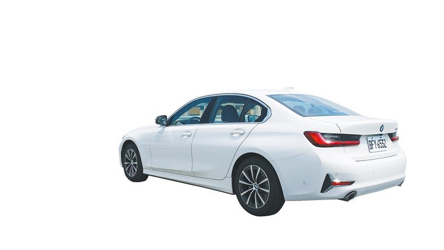 這個角度全然展現BMW 318i Luxury運動房車氣勢!提升豪華感此車首採17吋V輻鋁圈。圖/于模珉