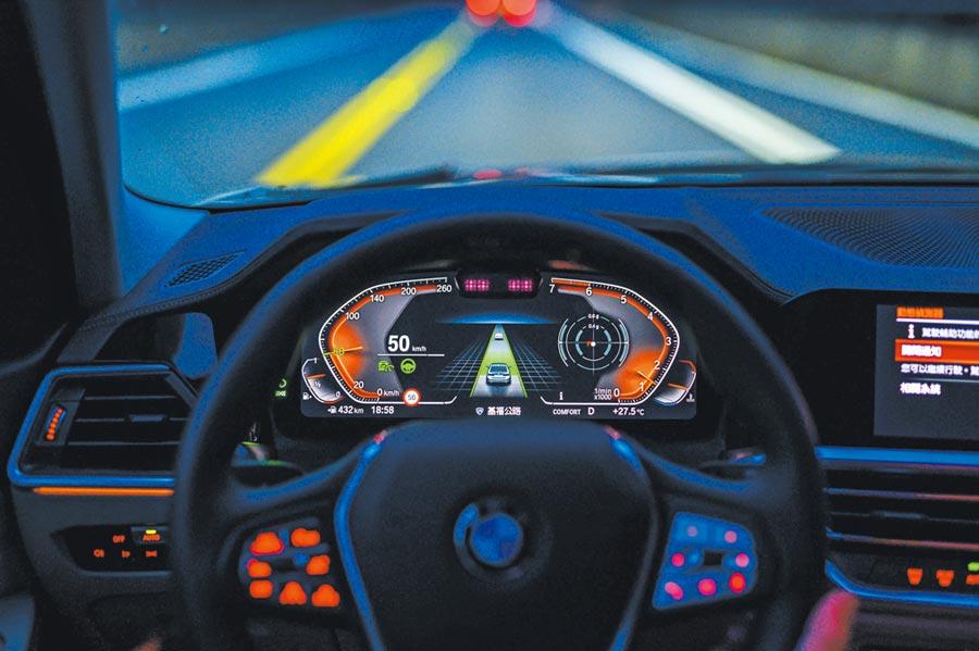 絢爛的12.3吋數位駕駛儀表。圖中可見正在作動之主動車距定速控制及主動車道維持輔助系統。圖/于模珉