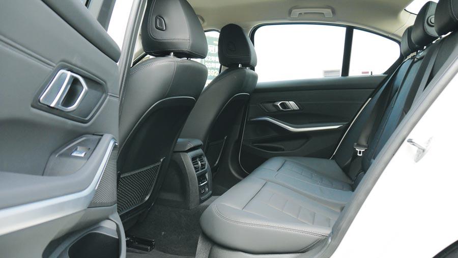 寬敞高質感後座一旁,可見採用皮質包覆及鋁質飾板車門內飾。圖/于模珉