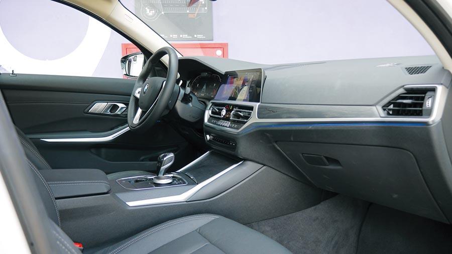 賦予Sensatec皮質包覆及橡木紋飾板的控台。控台邊緣還可見標配的環艙氣氛燈。圖/于模珉
