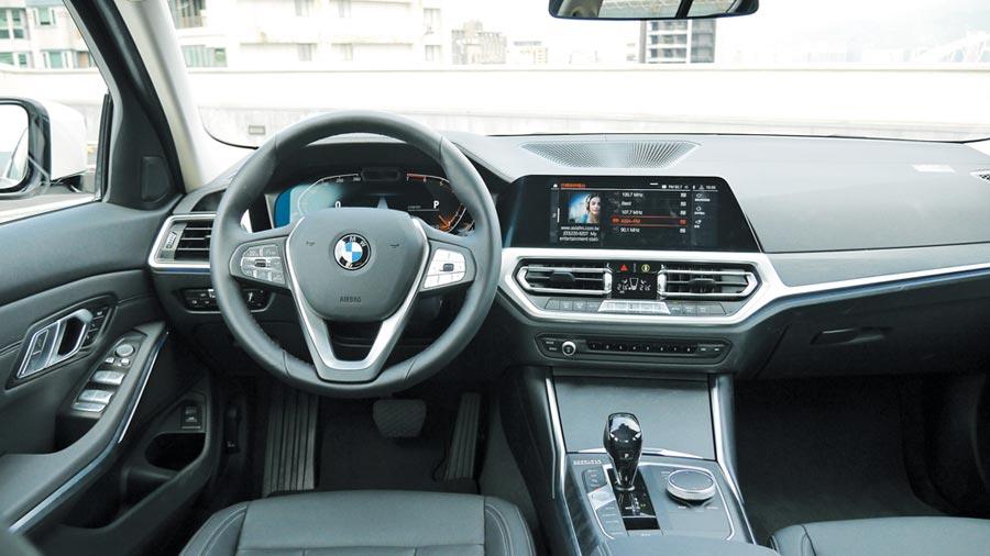 12.3吋駕駛儀表與10.25吋中控螢幕讓控台洋溢科技氛圍。中央鞍座內建最新iDrive7.0控制系統。圖/于模珉