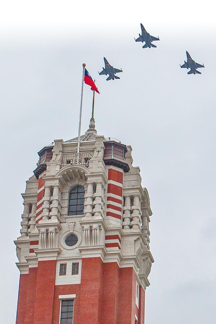 空軍24日為即將到來的國慶進行半兵力預演,3架F16飛越總統府上空。(杜宜諳攝)