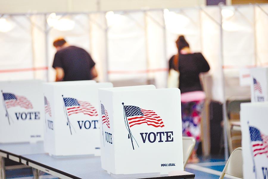 美國新罕布夏州切斯特菲爾德的選民提前投票情況。美國大選因有大量郵寄投票,很可能會引爆選舉爭議。(美聯社)
