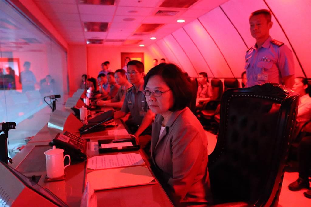 台美軍方設置的軍事熱線,在台灣一方據傳設於國防部衡山指揮所。圖為蔡英文總統在衡山指揮所聽取任務簡報,並實地巡視作業情形。(圖/軍聞社)