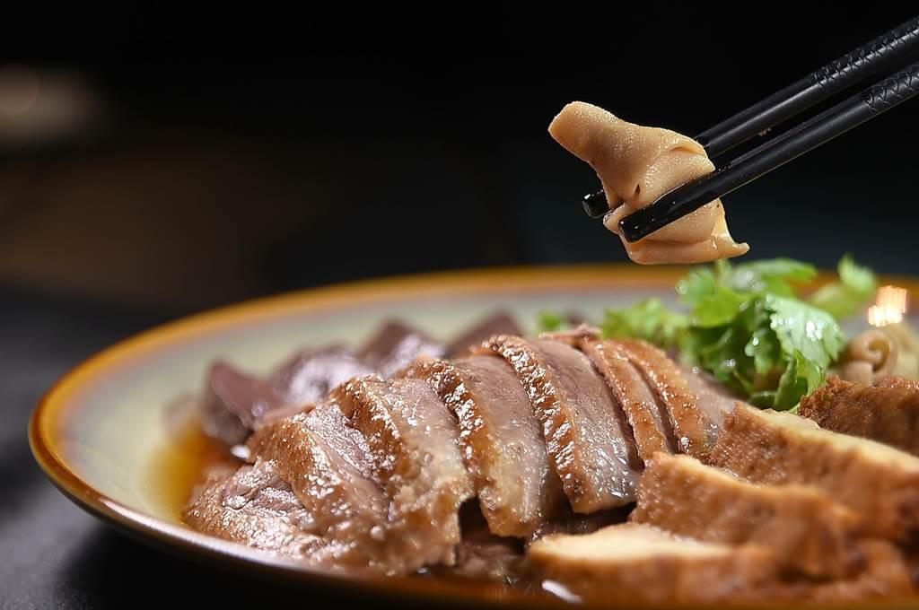 台中〈与玥樓〉頂級粵菜餐廳的〈潮式滷水拼盤〉內有滷水鵝、鴨血、嫩豆腐,還有彈牙有脆度的鵝腸。(圖/姚舜)