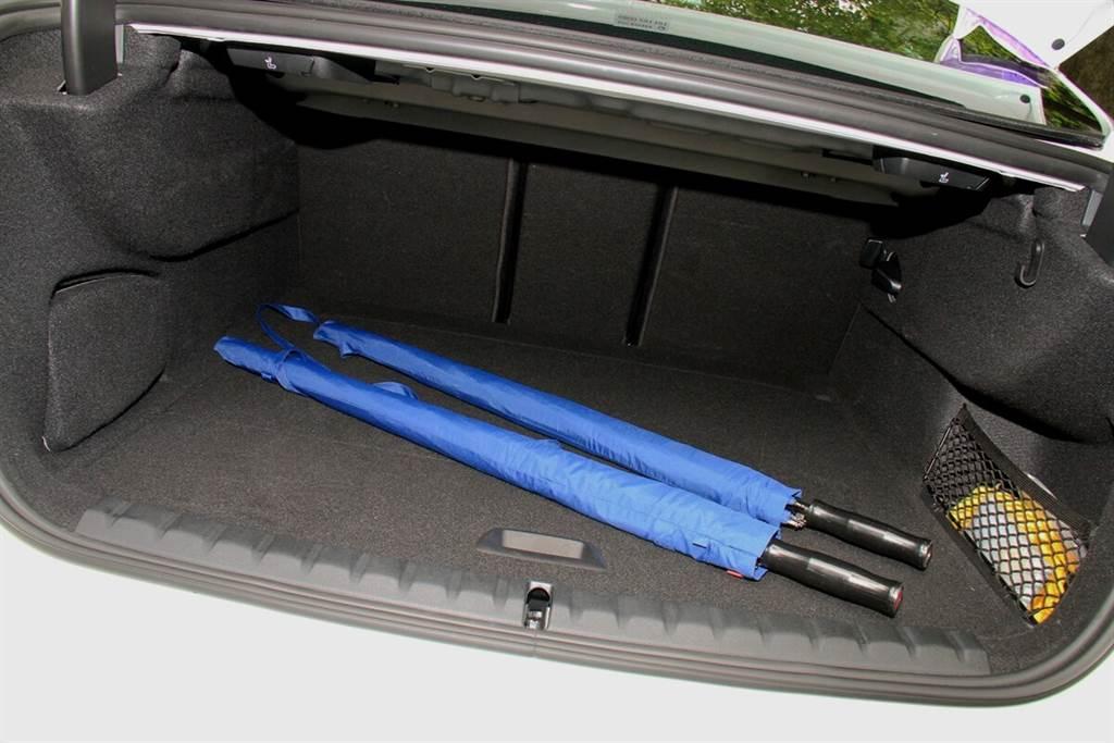 430升的行李箱標準容積不僅比2 Series Coupe多了40公升,也比掀背車型的1 Series還多出50公升。為此,2 Series Gran Coupe也特別配有40/20/40分離式後座椅背,來讓使用者能夠充分運用,例如:中央椅背傾倒再加上行李箱大開口,更能夠輕鬆放置衝浪板之一類的長型物品。