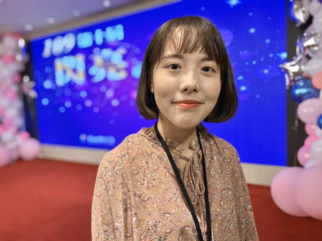 從事社工僅1年多的楊雅淇榮獲「新秀獎」,她說,看見個案家庭轉變,讓她相信服務生命是很有意義的事情。(許哲瑗攝)