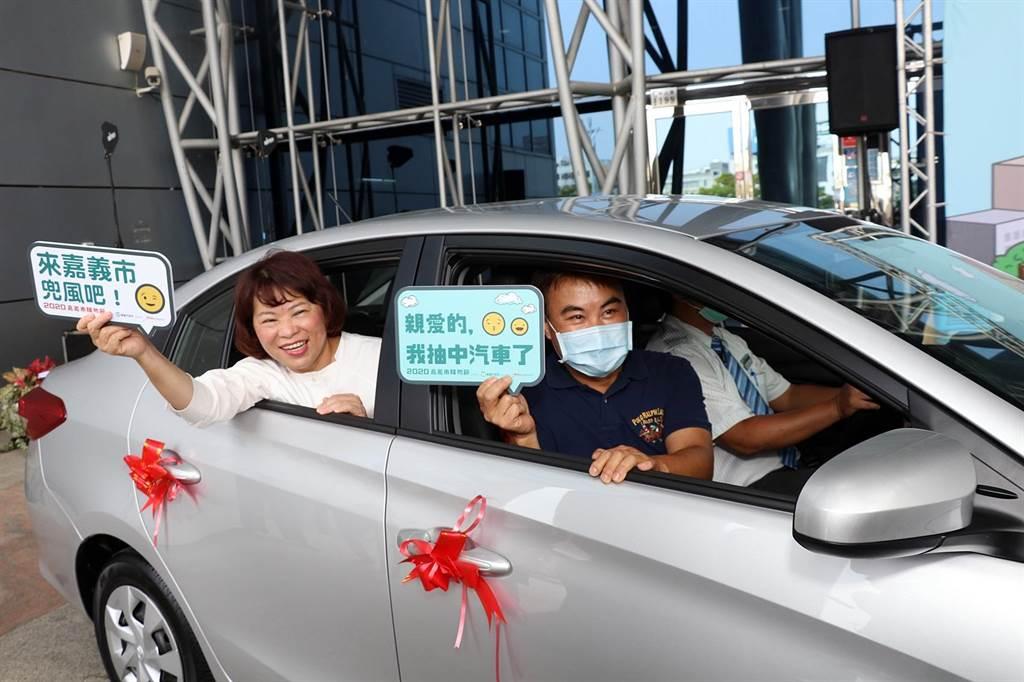 2020嘉义市购物节汽车大奖得主詹先生(右)与市长黄敏惠(左)一起坐上全新轿车,直呼好幸运!(吕妍庭摄)