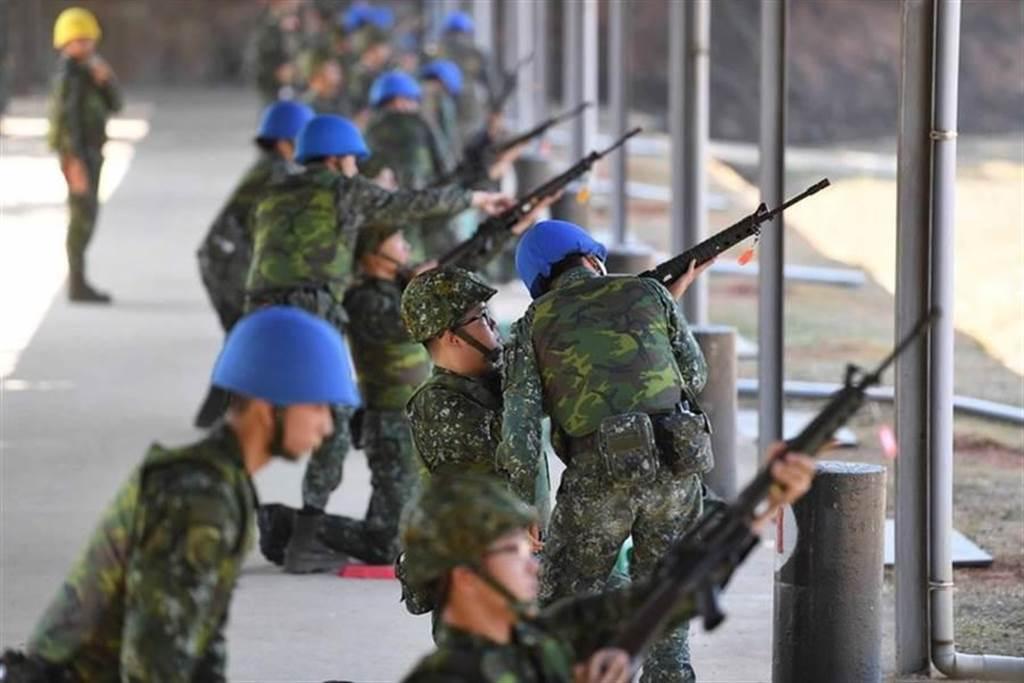 國軍在靶場實彈射擊。(示意圖/中時資料照)