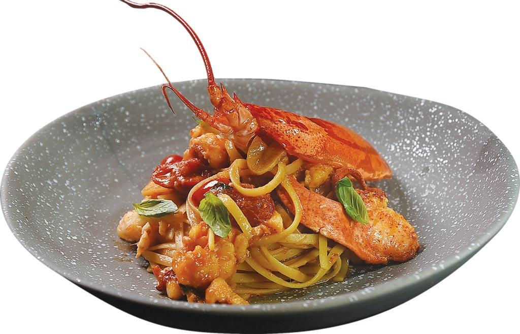 〈西西里風味龍蝦細扁麵〉,是用龍蝦高湯炒製,搭配龍蝦肉一起呈盤,非常值得推薦。圖/姚舜