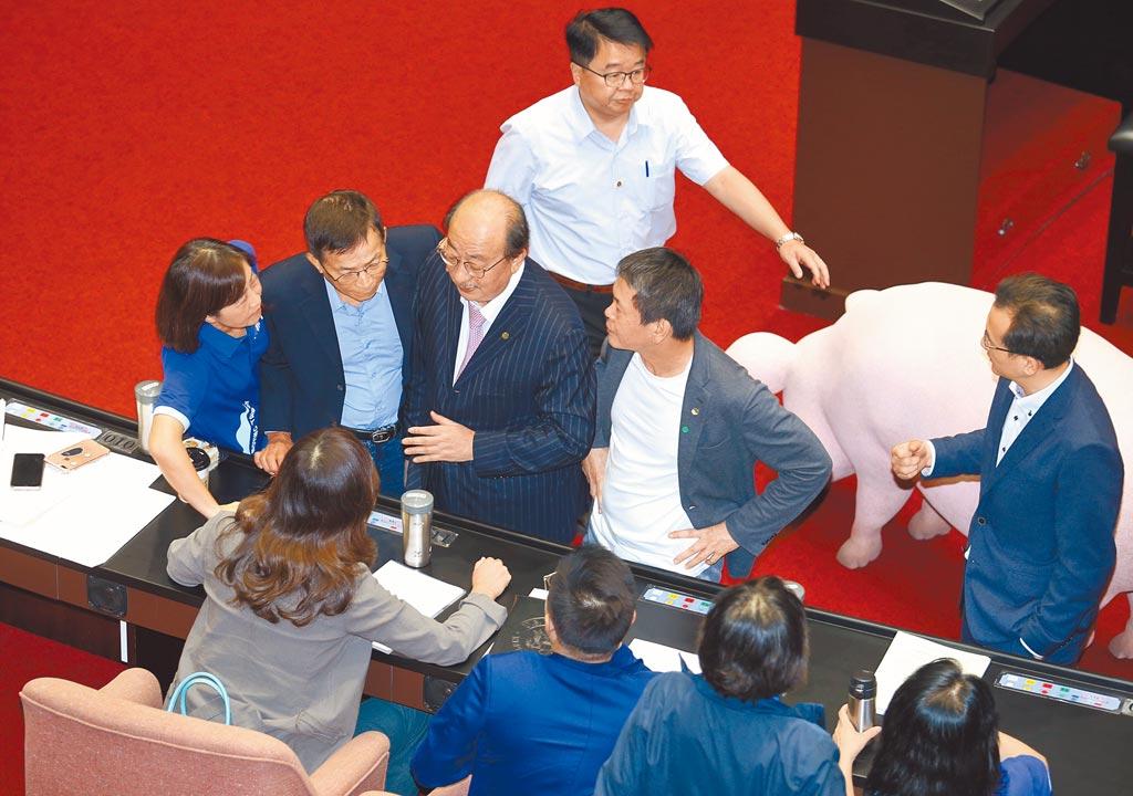 民進黨立法院黨團總召柯建銘(中左)在25日院會中與國民黨立委溝通,針對瘦肉精美豬進口,在各黨團提案下,相關行政命令皆交付5個相關委員會審查。(姚志平攝)