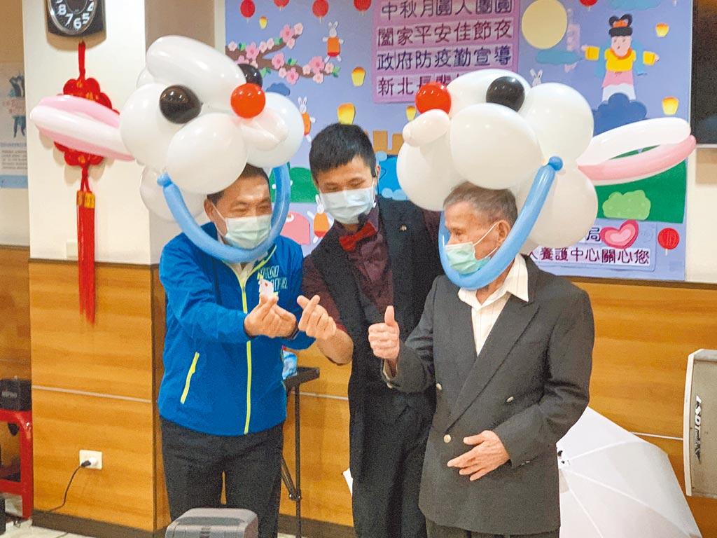 新北市長侯友宜(左)25日訪視板橋區私立廣福老人養護中心,與長者同歡並預祝中秋節快樂。(王揚傑攝)