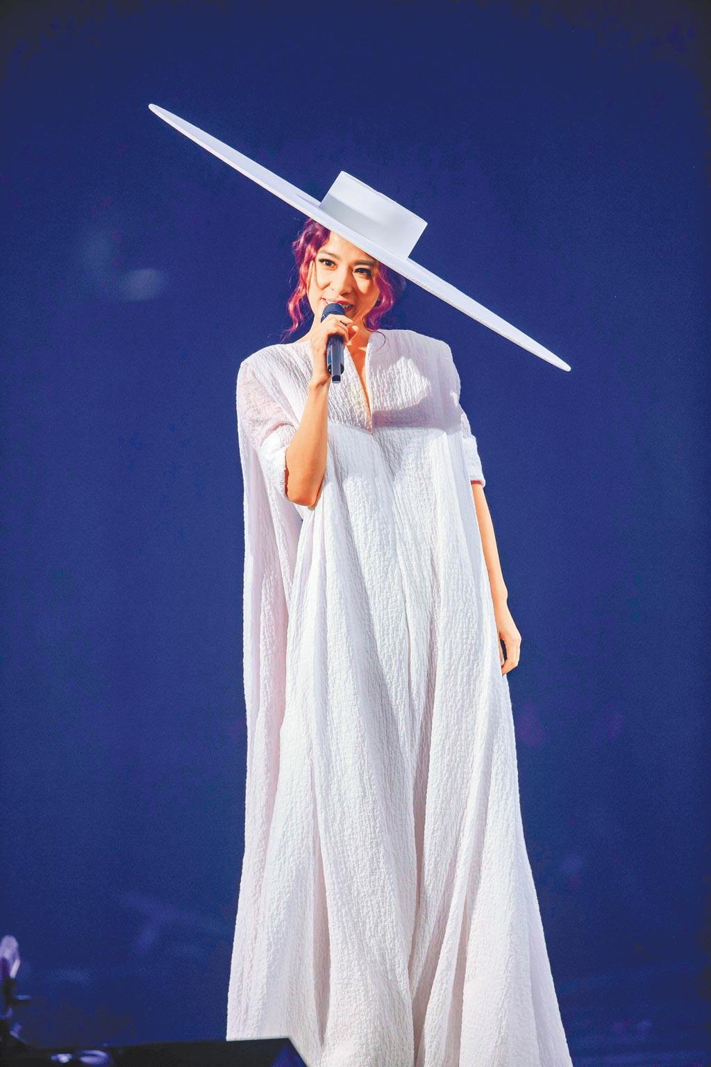 田馥甄昨戴造型搶眼的白色大帽子開場。(吳松翰攝)
