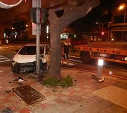 中市午夜車禍 汽車疑為避左?車擦撞路人