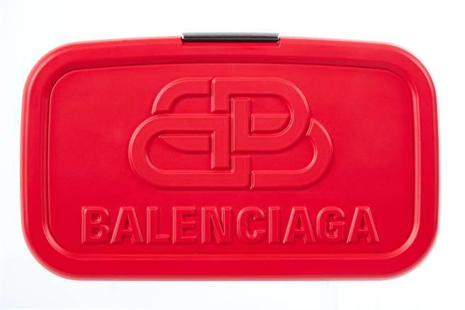 微風獨家BALENCIAGA LUNCH BOX紅色午餐盒硬殼手拿包,3萬9500元。(微風提供)