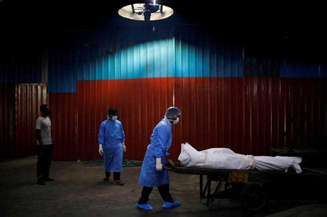 對於全球因新冠病毒死亡人數逼近百萬,世界衛生組織表示,若全球未能同心協力防止病毒擴散,加上疫苗普及仍需時間,死亡人數倍翻破2兩百萬「不無可能」。(示意圖/路透社)
