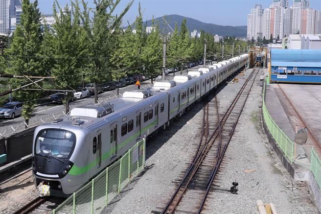 台鐵EMU900型通勤電聯車即將交車,最快可在明年農曆春節前上路營運。(台鐵局提供/陳祐誠傳真)