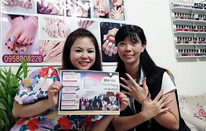 來自越南的美甲師吳瑤紅(左)在台南市警六分局巡官許儷馨(右)的指甲彩繪新興毒品的樣貌。(警六分局提供/洪榮志台南傳真)