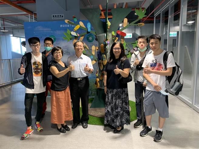 華梵大學景觀與環境設計學系學生於國道5號蘇澳服務區展出藝術創作品。(華梵大學提供)