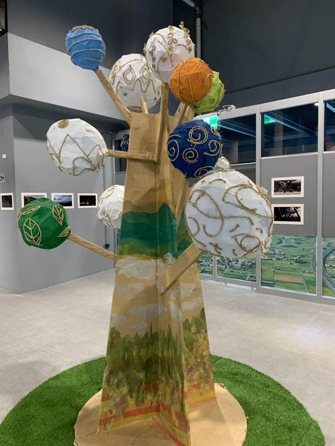 「宜蘭故事奇想樹」透過宛如火金姑的竹編球體,點亮宜蘭平原每一個角落。(華梵大學提供)