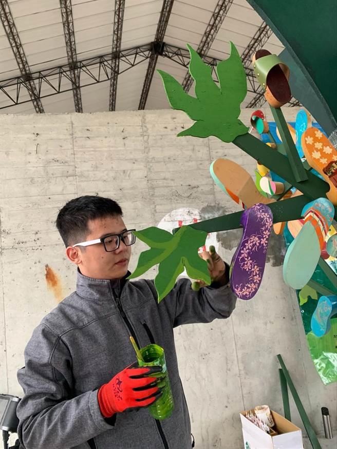 參展的華梵大學學生為作品上色。(華梵大學提供)