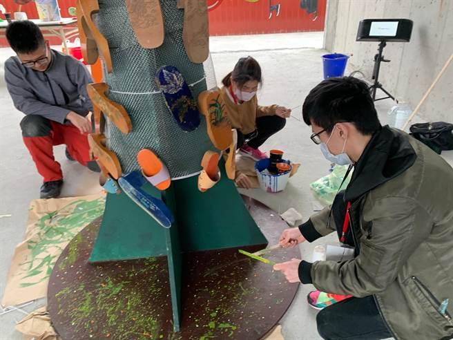 華梵大學學生製作木屐樹的過程。(華梵大學提供)