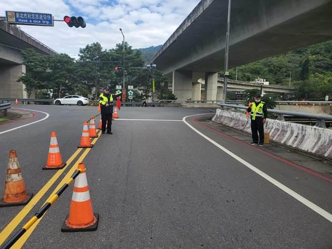 连假期间,新北市新店警分局将加派警力管制、疏导交通,以确保交通顺畅。(新店警分局提供)
