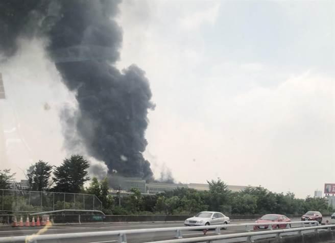 輪胎大場正新橡膠公司溪州廠中午傳出火警,有1員工遭輕微嗆傷。(民眾提供/謝瓊雲彰化傳真)