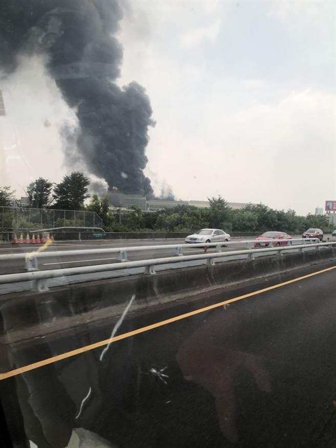 輪胎大場正新橡膠公司溪州廠中午傳出火警,黑色濃煙遠在3公里外都能看見。(翻攝自「彰化踢爆網」/謝瓊雲彰化傳真)