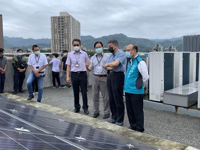 台北市長柯文哲訪永建國小綠建築設施。(張薷攝)