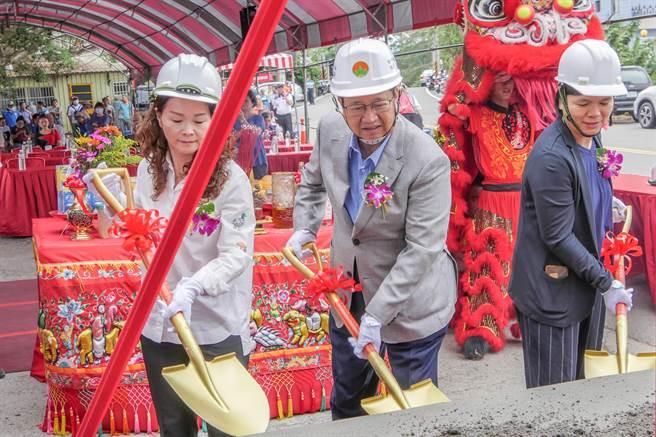 竹43线第2期拓宽工程由县长杨文科(中)等人热闹动土开工。(罗浚滨摄)