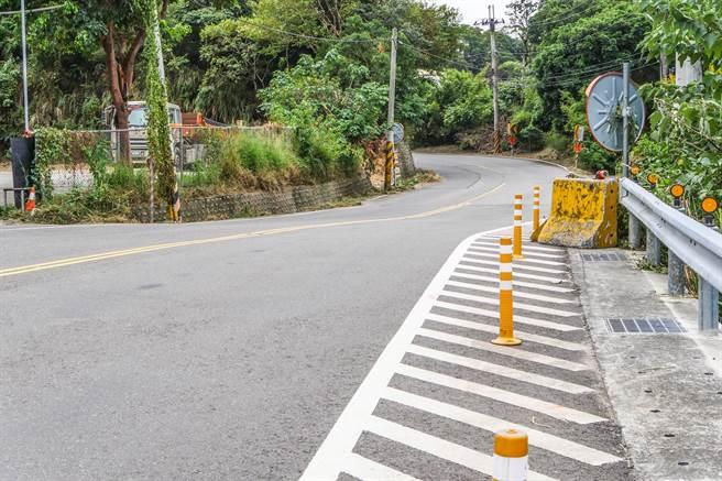 竹43线第2期2.3公里全线拓宽为15米,部分路段线形採截弯取直。(罗浚滨摄)