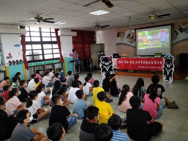 二水國小學童觀看欣賞閻小妹系列動畫影片《看見怪怪的請舉手》,藉此啟蒙對於廉潔的觀念。(台鐵提供/謝瓊雲彰化傳真)