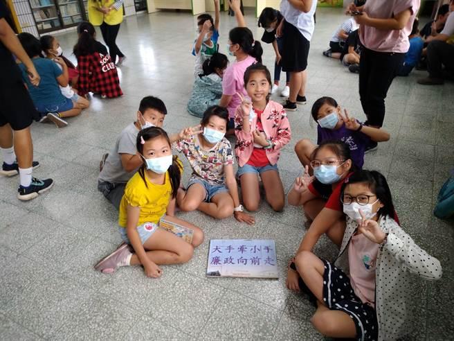 二水國小學童們分組進行廉潔標語拚圖活動。(台鐵提供/謝瓊雲彰化傳真)