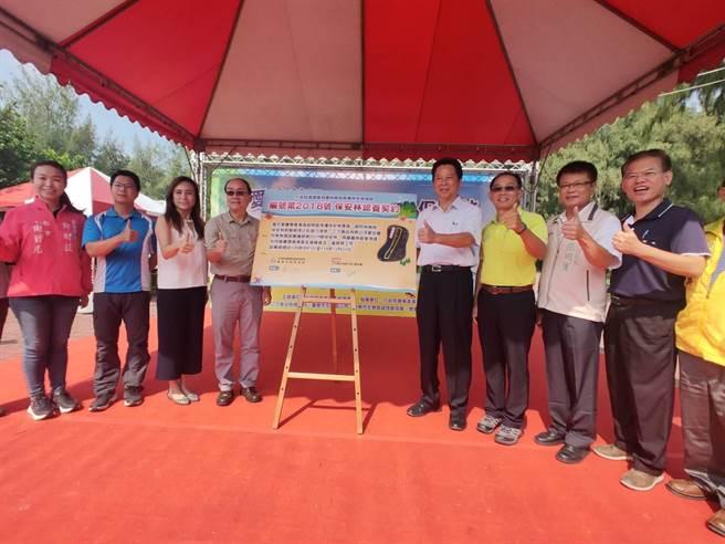 雙春濱海遊憩區認養保安林,為期1年,26日正式與林務局嘉義林區管理處簽約。(莊曜聰攝)