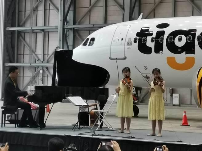 台虎董事長陳漢銘(左)彈鋼琴,一雙女兒拉小提琴,一起演出電影阿拉丁曲目。圖:張佩芬