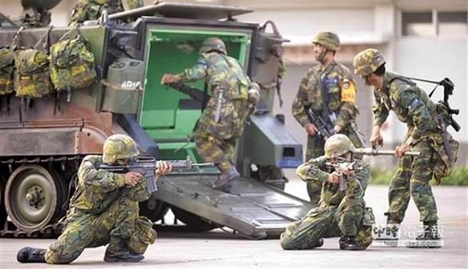 桃園市議員王浩宇轉述職業軍人心聲,實在浪費太多時間,但網友認為以偏概全。(本報系資料照)