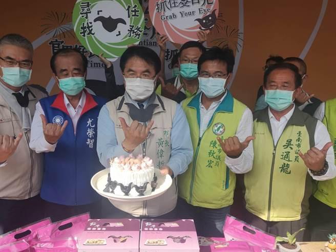 今天是台南市長黃偉哲57歲生日,主辦單位準備菱角蛋糕為他慶生。(莊曜聰攝)