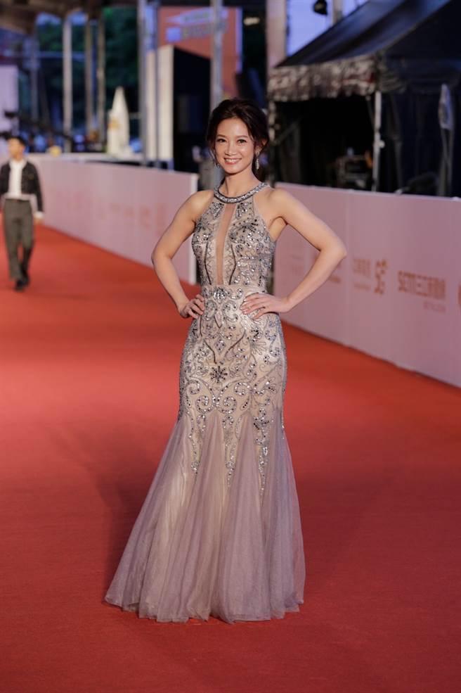 吳奕蓉穿上中空的深V長裙作為紅毯禮服,尤其在事業線的重點部位以薄紗點綴。(圖/廖映翔攝)