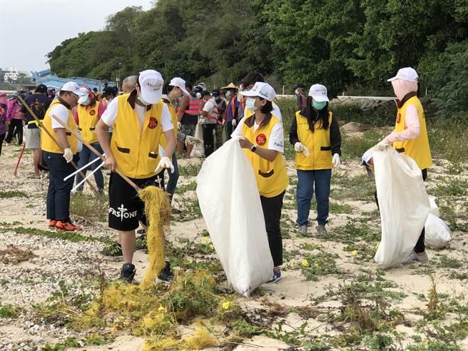 台電金門區營業處今(26)日下午在金城鎮雄獅堡海岸舉辦淨灘活動,來自各地機關、團體和社區居民近600人參加。(李金生攝)
