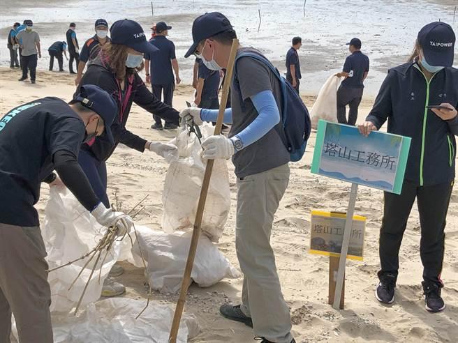 台電持續投入全台自然環境維護工作,自1994年開始,每年皆舉辦淨灘活動,今年已邁入第27個年頭。(李金生攝)