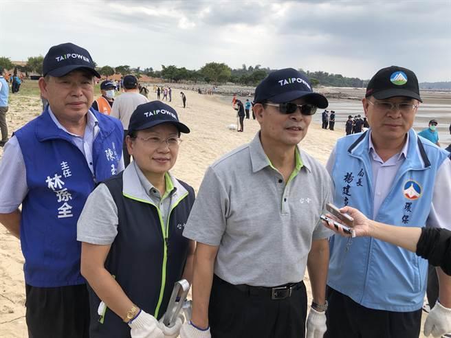 台電總經理鍾炳利呼籲大家攜手做環保,協力維護自然生態環境。(李金生攝)