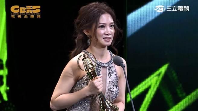 吳奕蓉以《大桔大利 闔家平安》奪下迷你影后。(圖/YT@廣播電視金鐘獎 Golden Bell Awards)