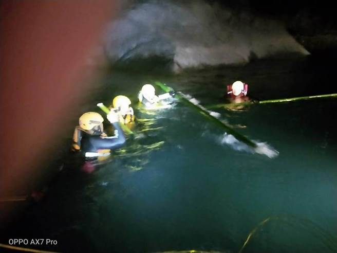 消防人員在深潭搜尋溺水者。(南投縣消防局提供/廖志晃南投傳真)